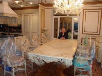 Miliardario cerca moglie